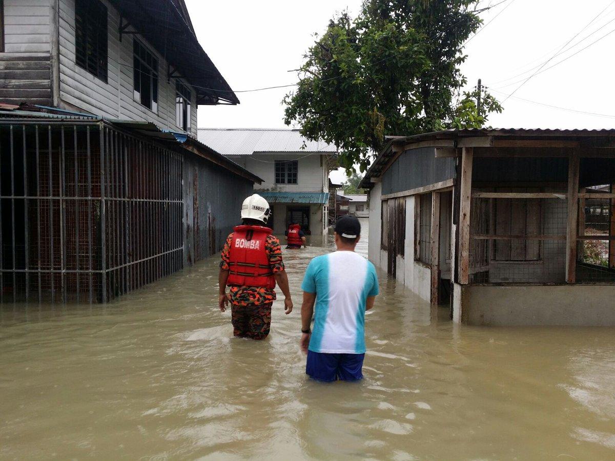 Weehingthong General Interest Current Events Politics Crime Timah Solder 10meter Anggota Bomba Meninjau Keadaan Banjir Yang Melanda Di Kampung Tabuan Dayak Kuching Foto Ihsan