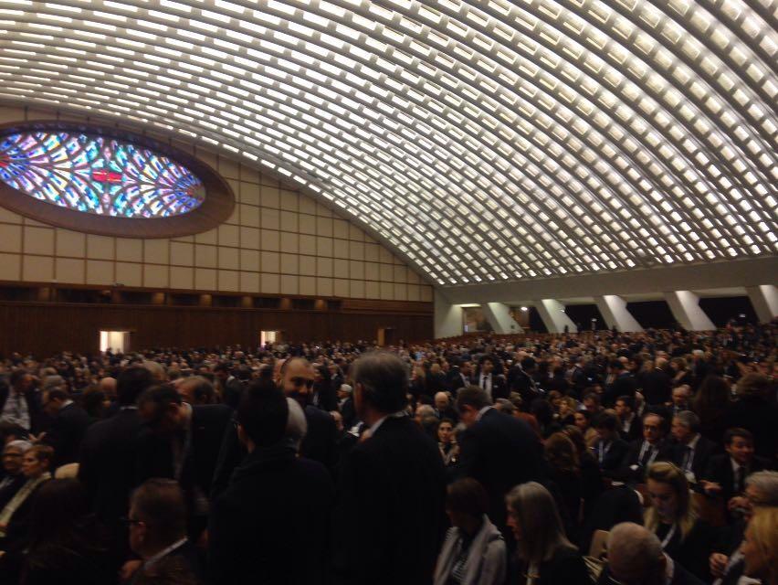 Imprenditori in attesa del Santo Padre, colpo d'occhio emozionante della #SalaNervi. #GiubileoIndustria https://t.co/DhtDYZtxvB