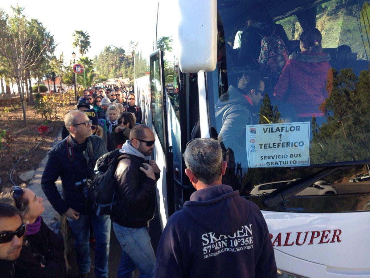 Mucha gente ya en #Vilaflor para subir en las guaguas gratuitas que ofrece @CabildoTenerife #AlTeideSóloEnGuagua https://t.co/PcBpntDyZE