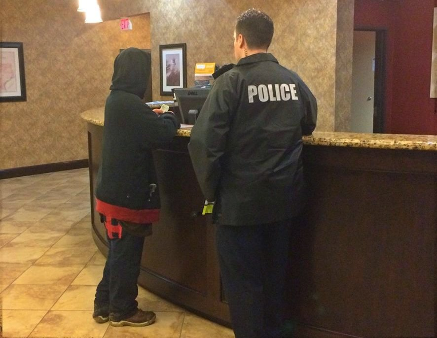Photo of Texas police officer paying for a homeless veteran's hotel room goes viral https://t.co/kuRMr61CWe https://t.co/JBI5kMgnxi