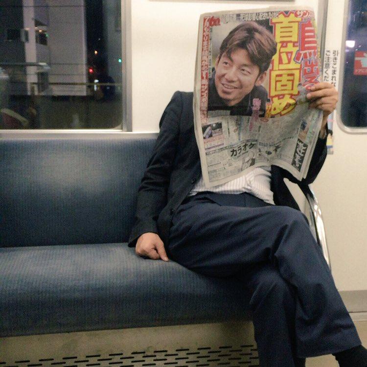 前に座ってるひと新聞くり抜いてるんかと思った pic.twitter.com/kwEDw6G3si
