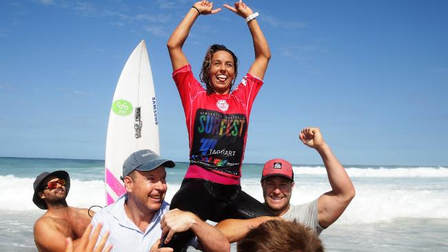 .@Sally_Fitz beats Stephanie Gilmore in year's first battle at #taggartwomenspro. Report: https://t.co/pRfGG8iZWx https://t.co/7folhFfRQm