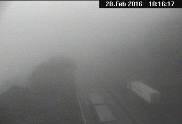Visibilidade prejudicada na região da Serra do Mar devido à neblina. Dirija com cuidado! https://t.co/b9PcBdh8SG