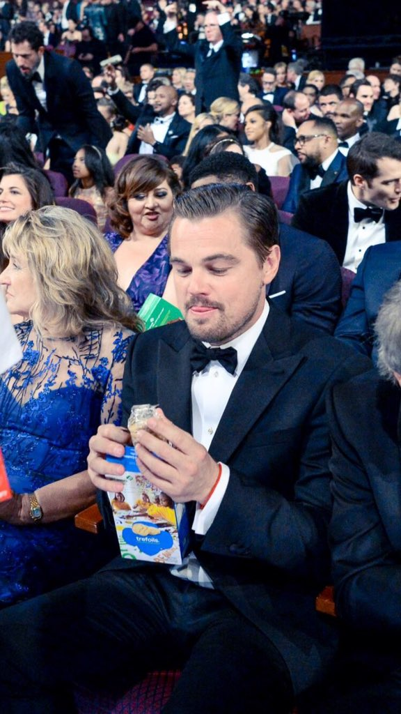 He was eating cookies during the comercials What a babe #Oscars https://t.co/TuD2T4OqQw
