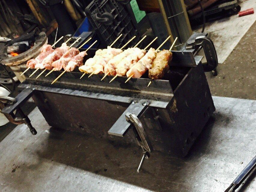 妻が「焼き鳥する!」と言って、まさか焼き鳥焼きマシンから作るとは思わなかったという写真。(妻は溶接工) pic.twitter.com/t2t2xgwYlj
