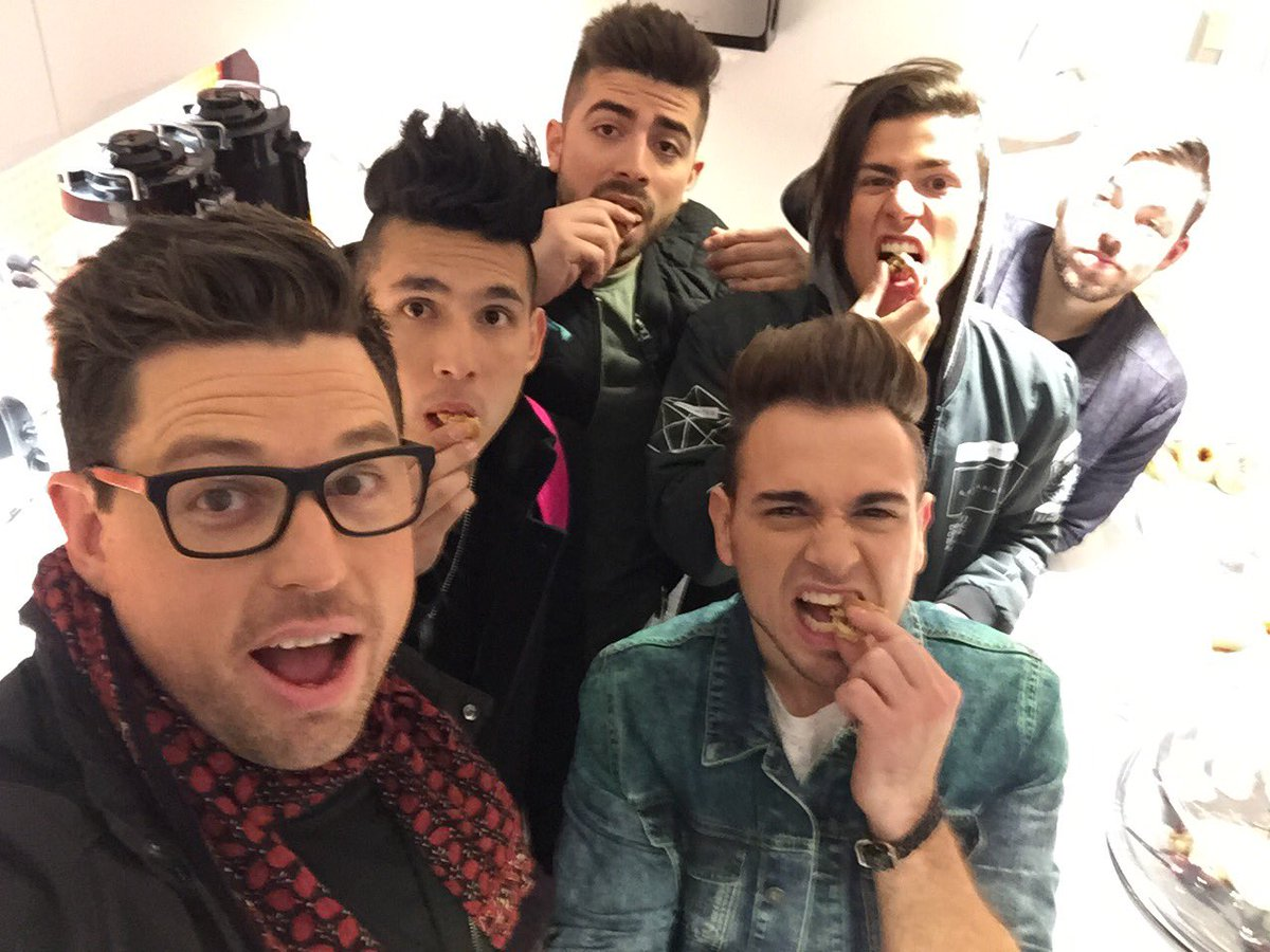 My boy's @Los5Music enjoying my @TODAYshow @TODAYFood brown butter/salted cashew/chocolate chip cookies! #luvthehair https://t.co/IGUSudDBZh