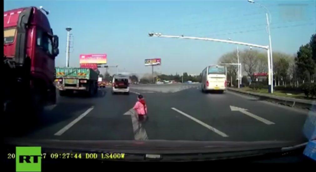 YouTube Cina: bambino cade dall'auto e la famiglia non se ne accorge