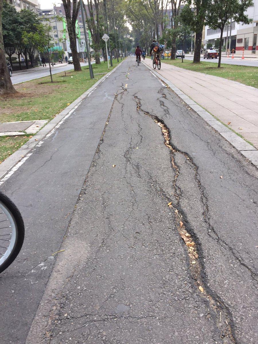Antes de regañar a un ciclista por no utilizar una ciclorruta, primero fíjese el estado de las ciclorrutas https://t.co/HOqSbqCc2h