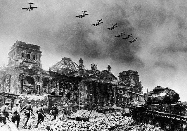 معركة سقوط برلين 1945  Ccg_CdcWoAIT__f
