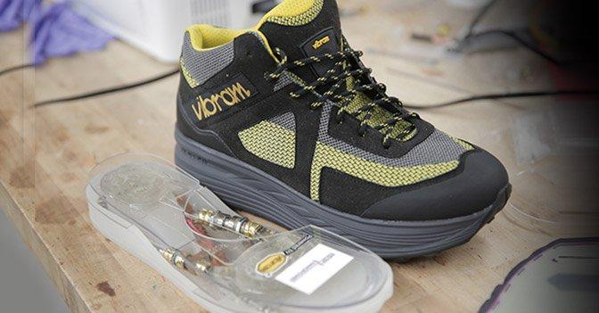 La scarpa Vibram che ricarica lo smartphone mentre facciamo una passeggiata