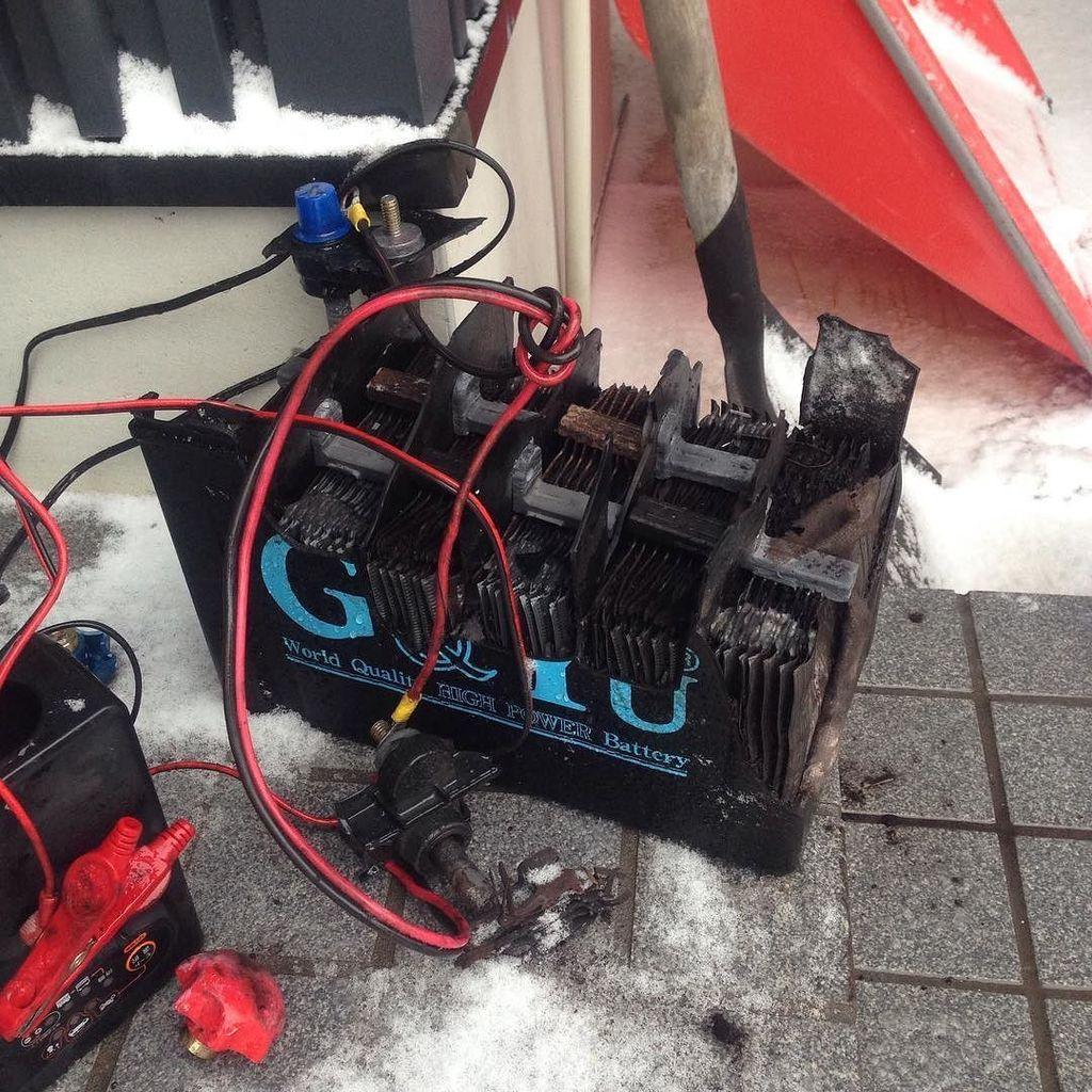 ディープサイクルバッテリー爆発。家の中は大惨事w https://t.co/6oKMgeTzrt https://t.co/aALOxjmhuU