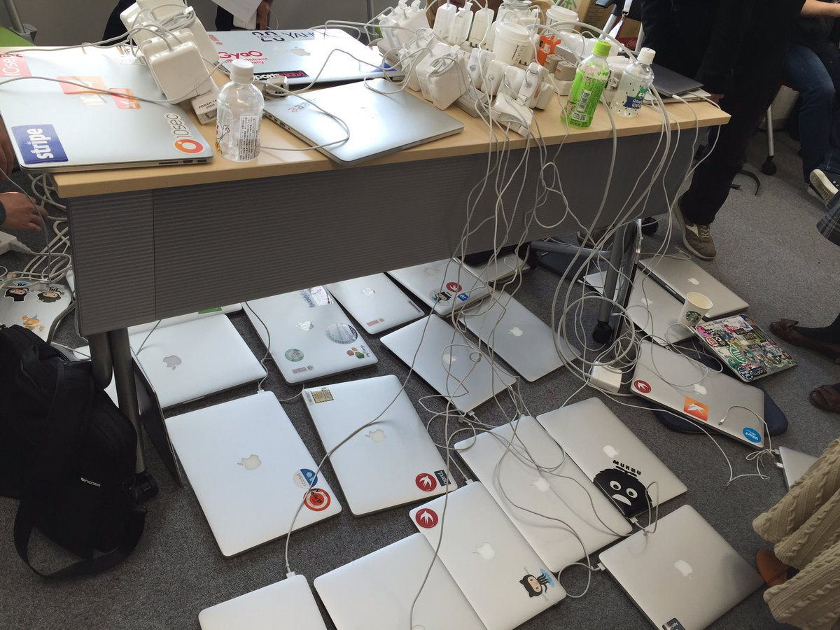 #tryswiftconf すごい光景だけど、実は一台も充電できてなかった