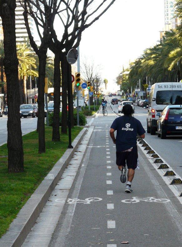 Runner si entrenes per la @MaratoBarcelona, recorda que el #carrilbici #biciBCN NO és per córrer! (imatge @bicivici) https://t.co/Ki5F0XbiSZ