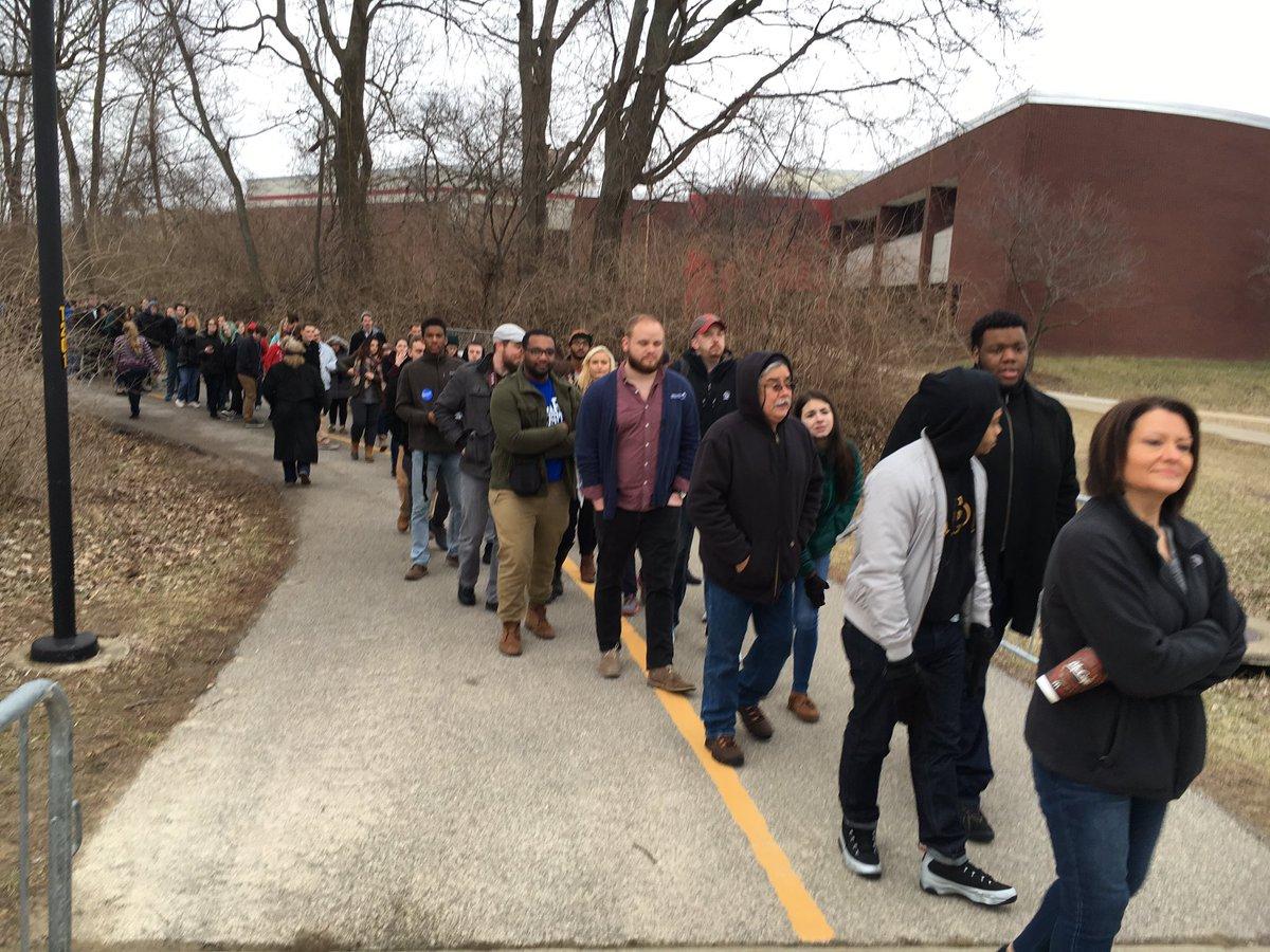 Big crowd for @BernieSanders in Edwardsville: https://t.co/PMJjRYqppL