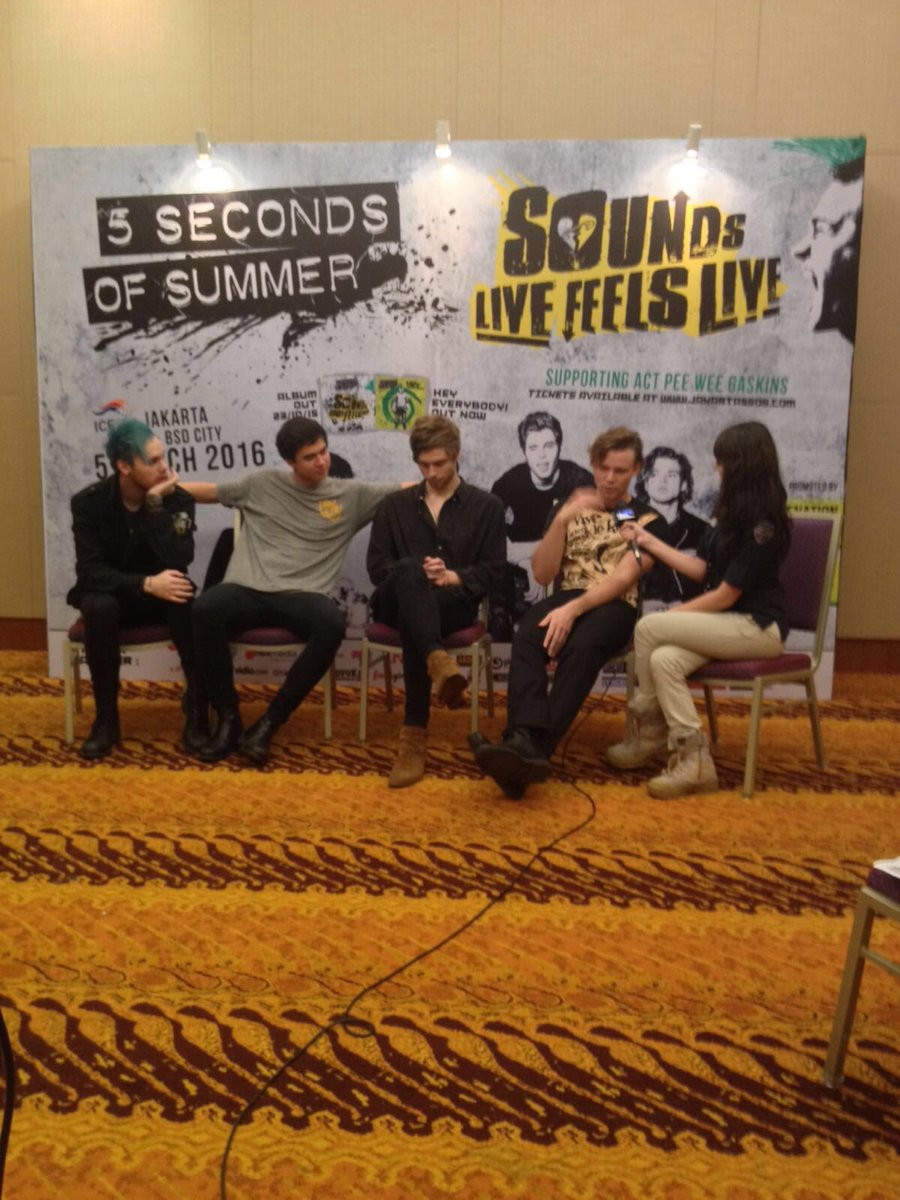 interview @5SOS dengan media sebelum perform #SLFLJakarta https://t.co/k1QK1aim7J