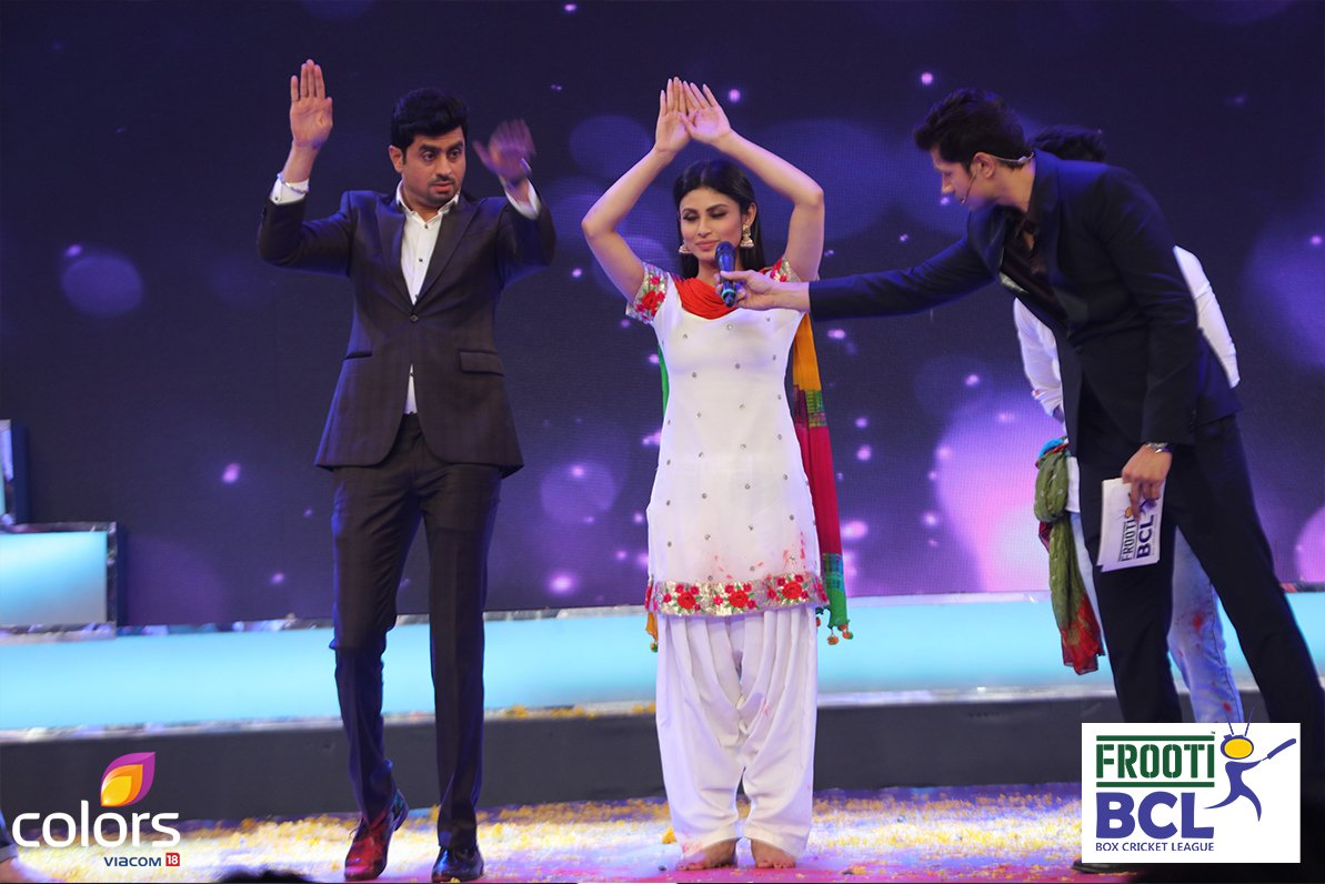 RJ Pritam Pyaare and Sumeet Vyaas have fun on stage with Mouni Roy of BCL team Mumbai Tigers - image-picture-photo