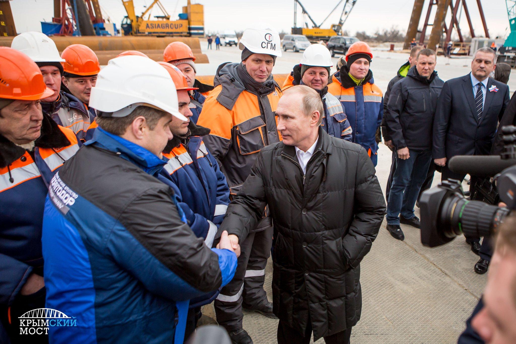 Путин сел за руль КамАЗа и проехал по Крымскому мосту
