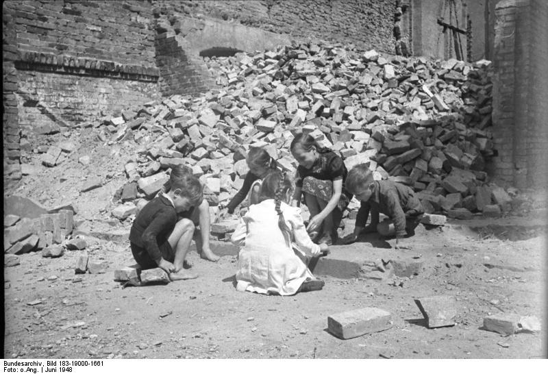 Ich bin Fabian Stein und bringe euch zurück ins Jahr 1946 - in die Welt der Kinder und ihrer Familien. https://t.co/fnaGASlkYD