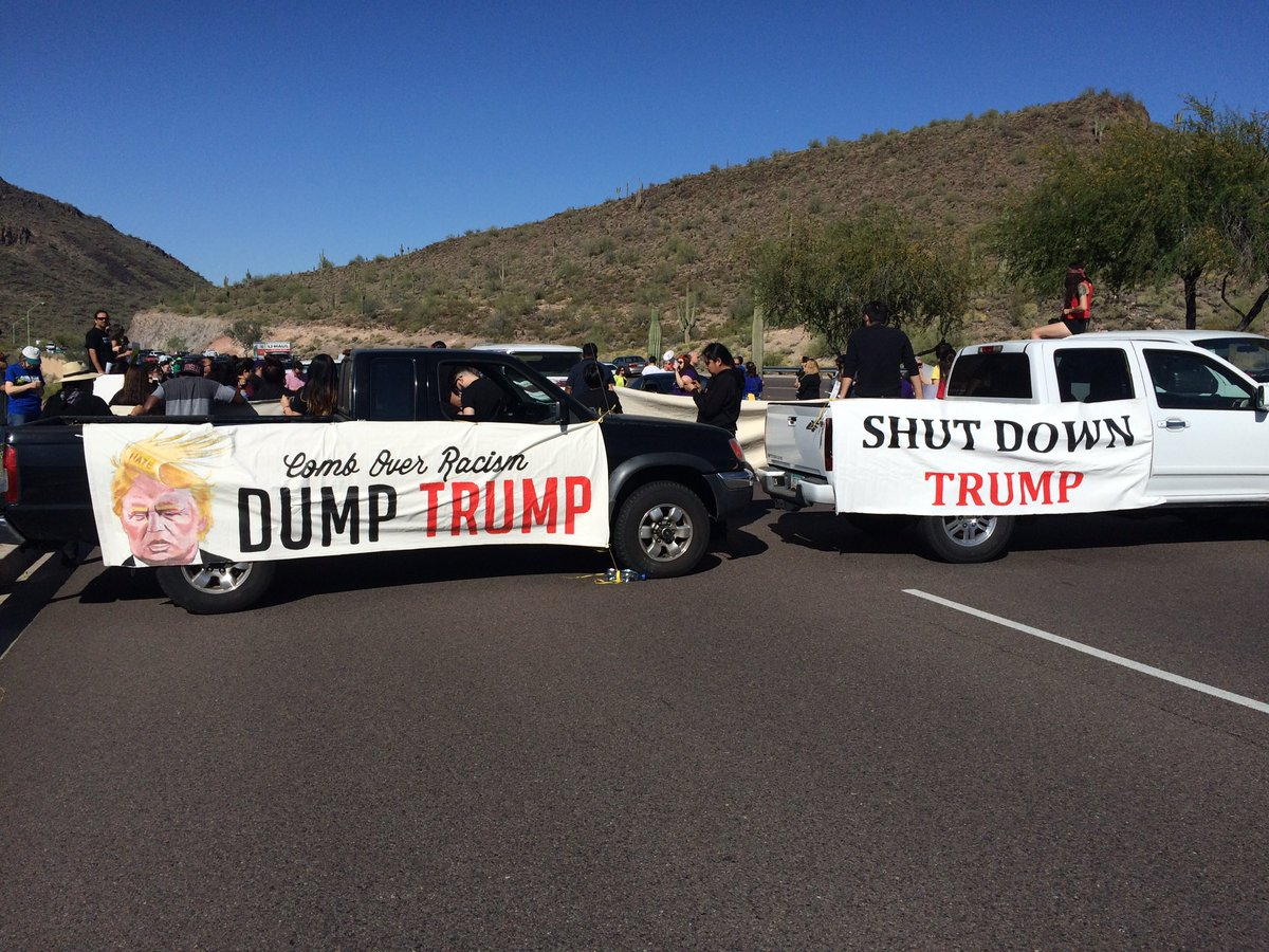 Anti #Trump protesters block Shea Blvd in #Fountain Hills // Manifestantes conta @realDonaldTrump bloquean calle https://t.co/woEGNk5FQx