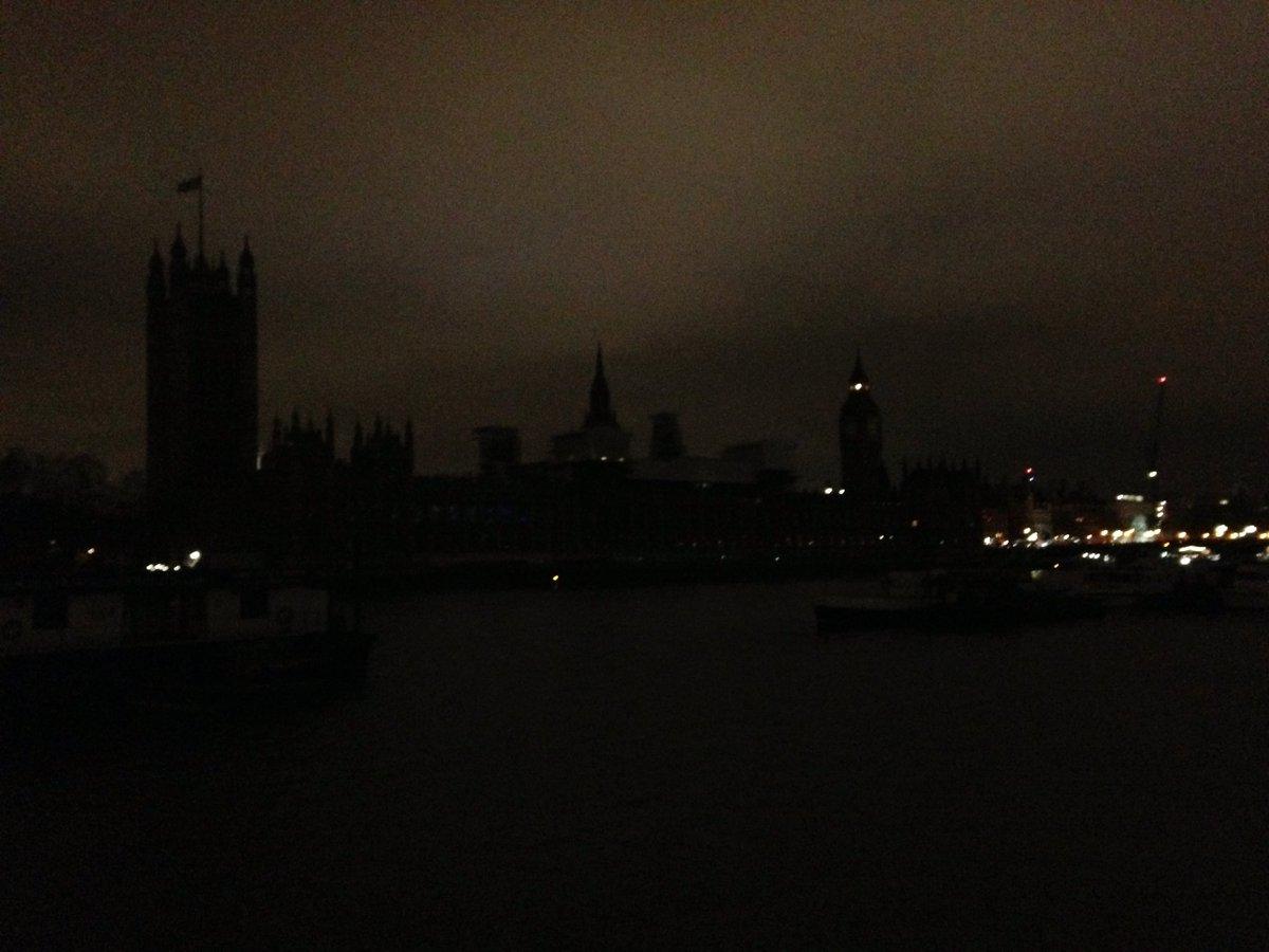 В Лондоне десятки знаменитых зданий погасили в «Час Земли»