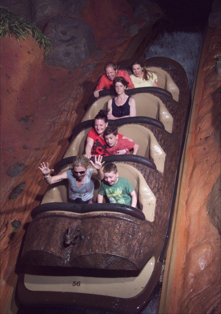 ディズニーランドにある人気アトラクション、スプラッシュマウンテンに乗る女性の写真が「全然楽しそうじゃない」と海外でちょっとした話題に! 確かに険しい表情… ©Imgur/Blackthorne519  #今の気分 pic.twitter.com/bHgjK1itS5