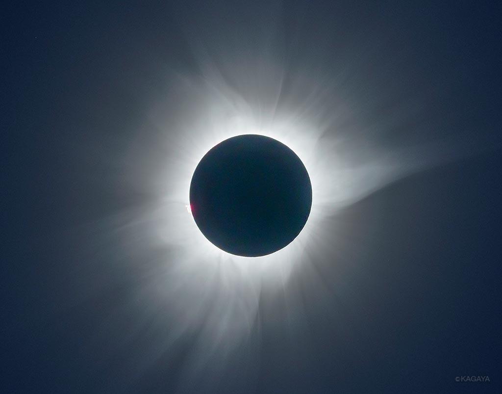 インドネシアのスラウェシ島にて、さきほど皆既日食の撮影に成功しました。月が太陽を完全に覆い隠し、周囲のコロナが暗い空に花のように咲きました。(望遠レンズにて撮影) pic.twitter.com/YlPao3EGa1