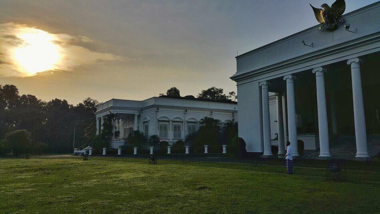 Presiden Joko Widodo melihat Gerhana Matahari dari Istana Bogor. Twitter @Jokowi
