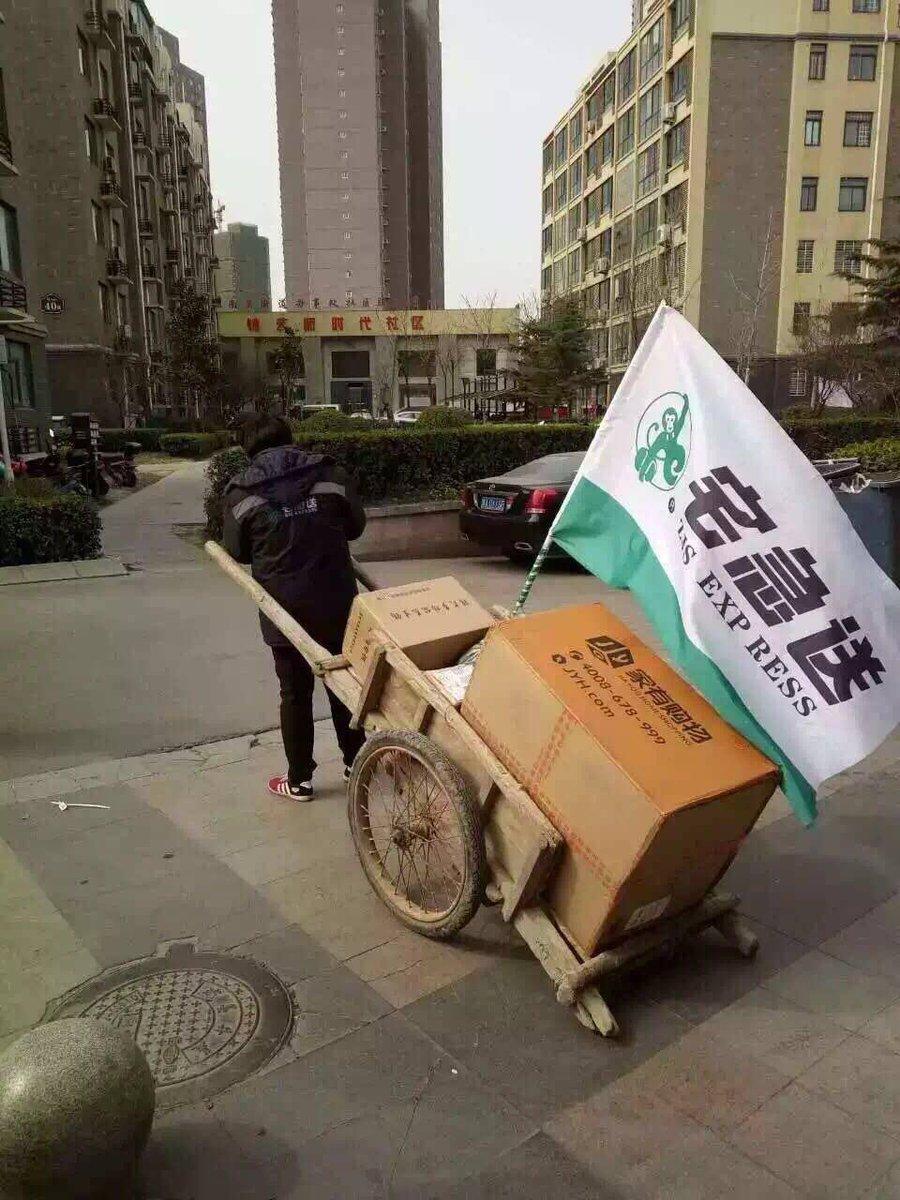 郑州城市禁电动三轮车,不少三轮车被没收,还有快递小哥进去了......令人感动的是: 大部分快递小哥坚持用平板车送货  #互联网+#板车=#镖局 https://t.co/F7w8Yhwa9Z