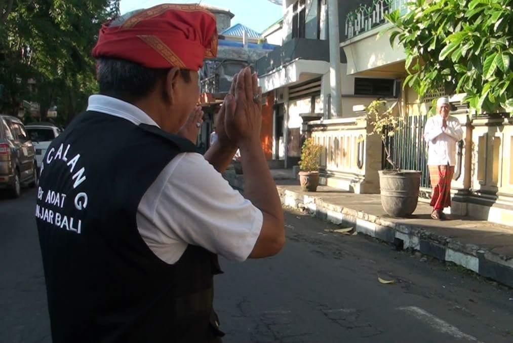 Liat foto ini adem ya. Pecalang Bali menyapa muslim yg berangkat ke masjid untuk solat gerhana. :) Pic: Nirwana TV https://t.co/xcParb3Y2i