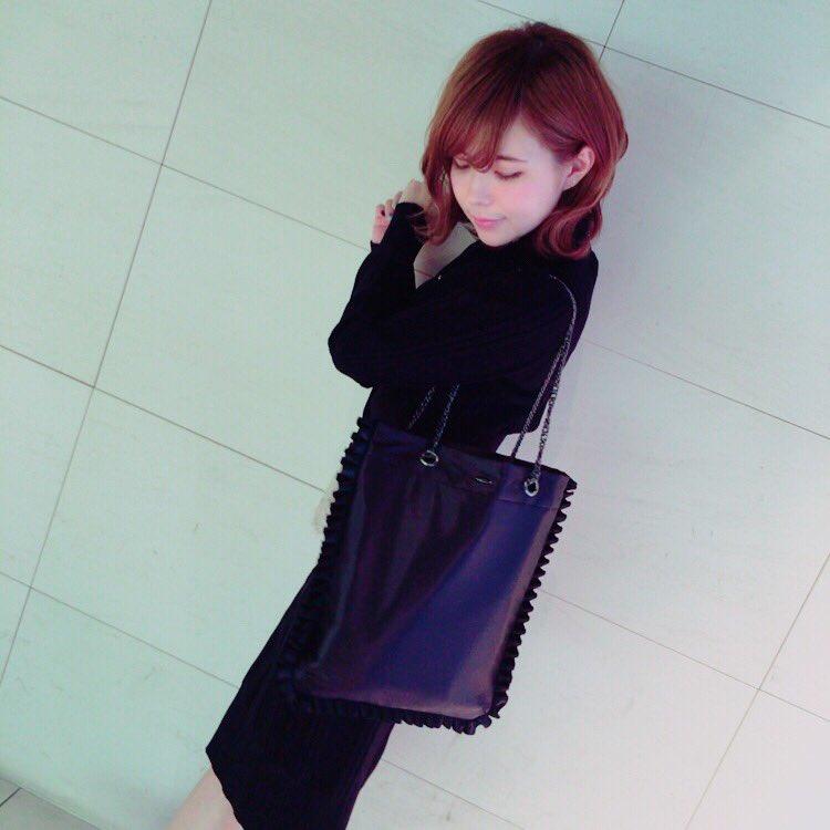 黒と紺色で統一した服をきる益若つばさ