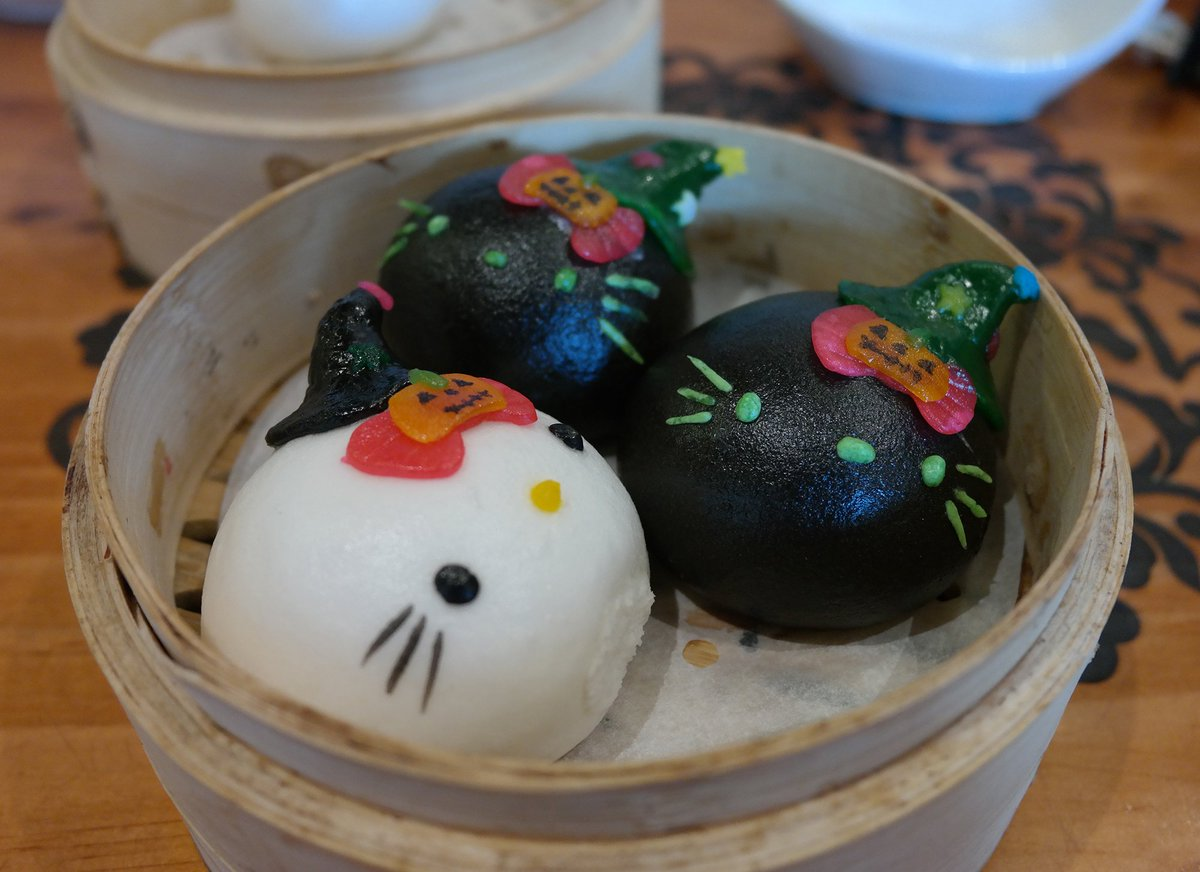 Can't talk about dim sum without sharing these adorable #hellokitty Halloween themed buns from Hong Kong #travex https://t.co/vo03rtNJAk