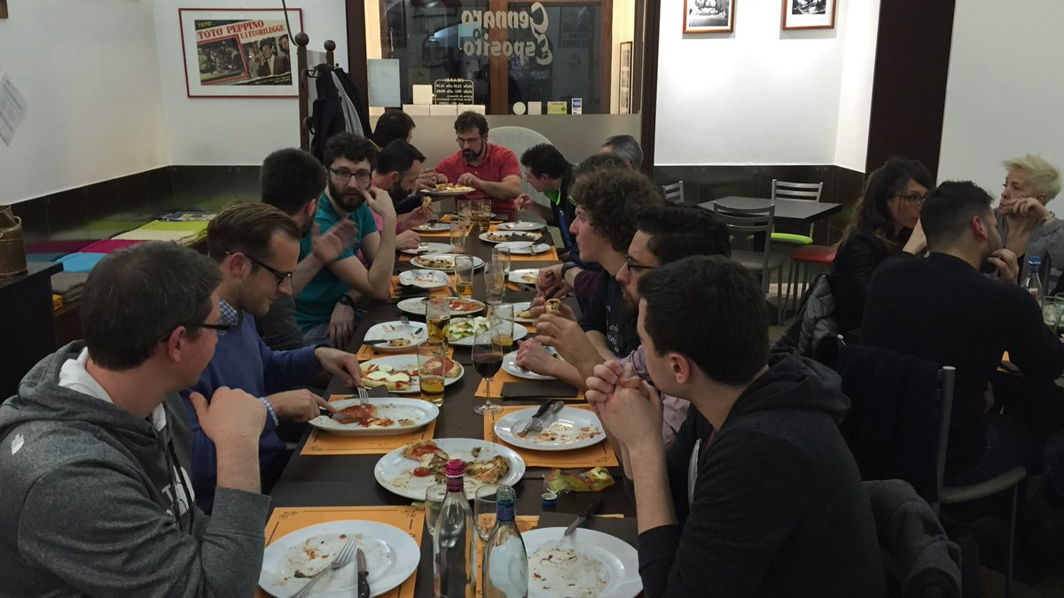 Last round of Pizza at the #cloudconf2016 speakers dinner. This is sooooo good https://t.co/612DROeAGy