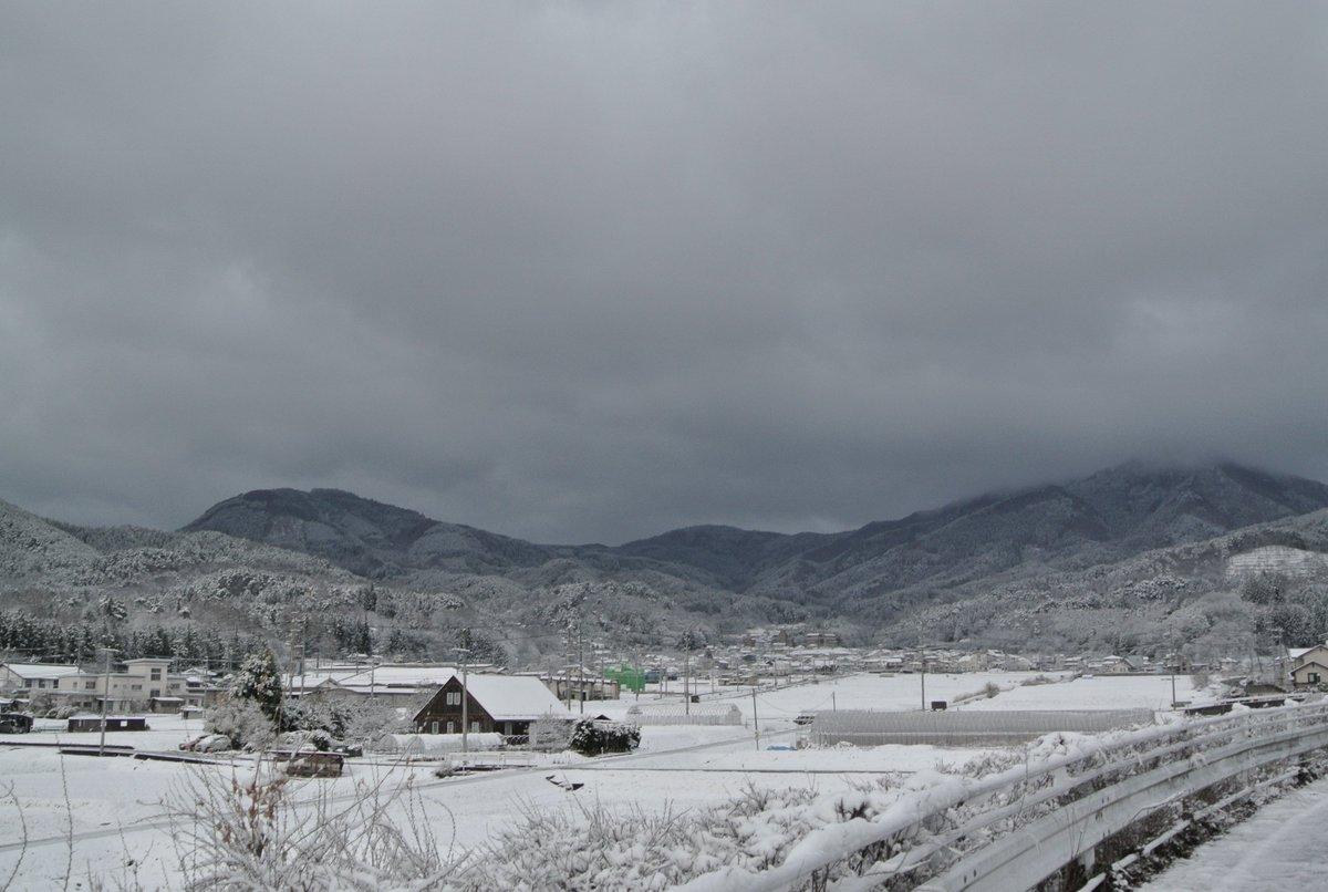 おはようございます。東日本大震災から間もなく5年が経とうとしている信州上田は銀世界になりました。思いがけず突然天に召された方々のご冥福を祈ります。さあ、安全運転で出発。 https://t.co/3je5CTX0qD