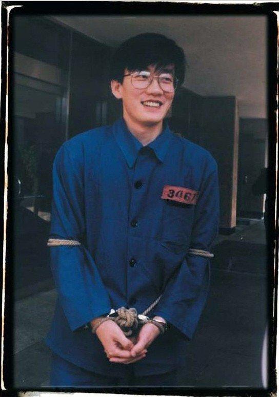 손석희의 과거와 지금. 그 당당함은 변함이 없다. (좌)1992년 MBC파업 당시 구속장면 (우)2016년 검찰조사 8시간 후 https://t.co/Y2bKighP6h