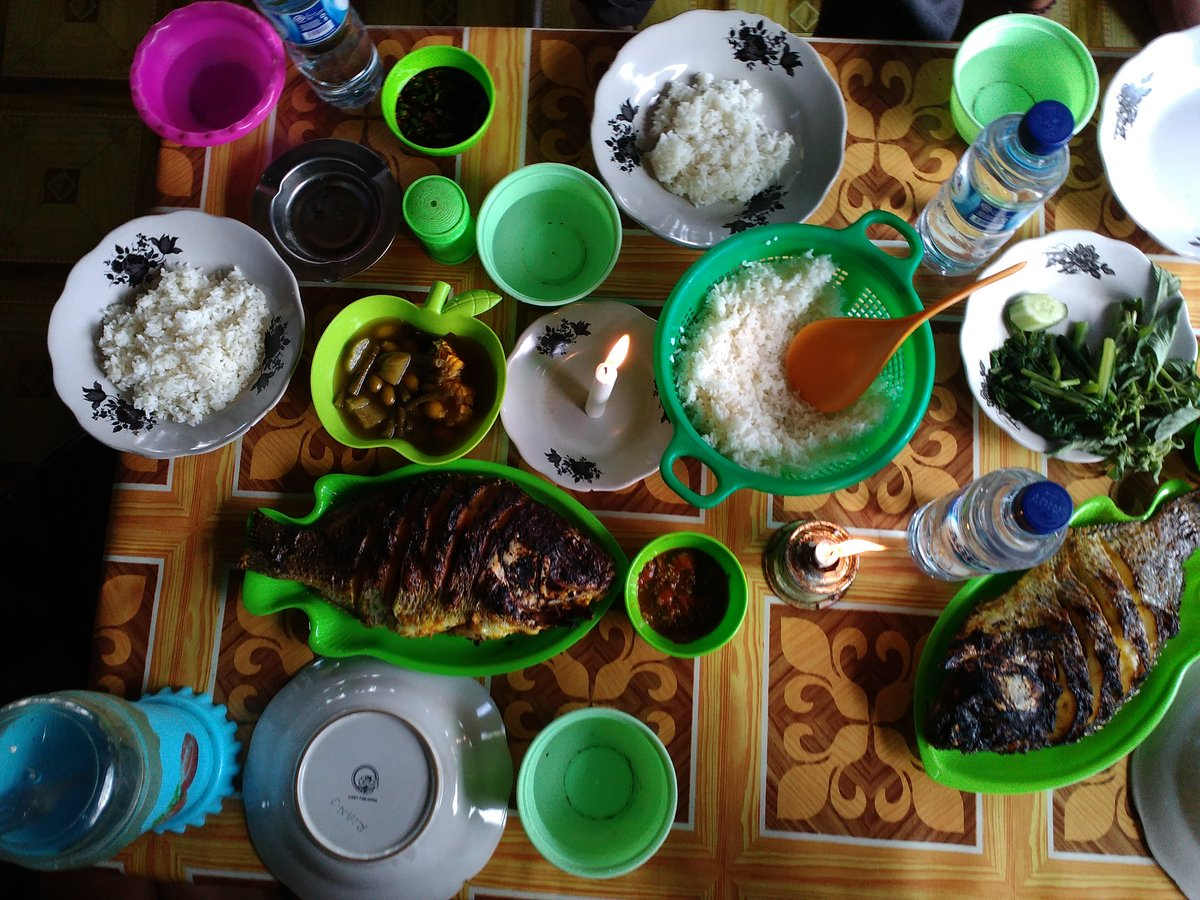 Makan siang dengan Ikan Mujair Hitam Liar yang ada di Danau Ranau, enak banget