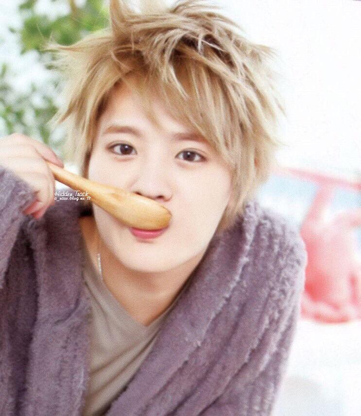 スープを食べる岡本圭人