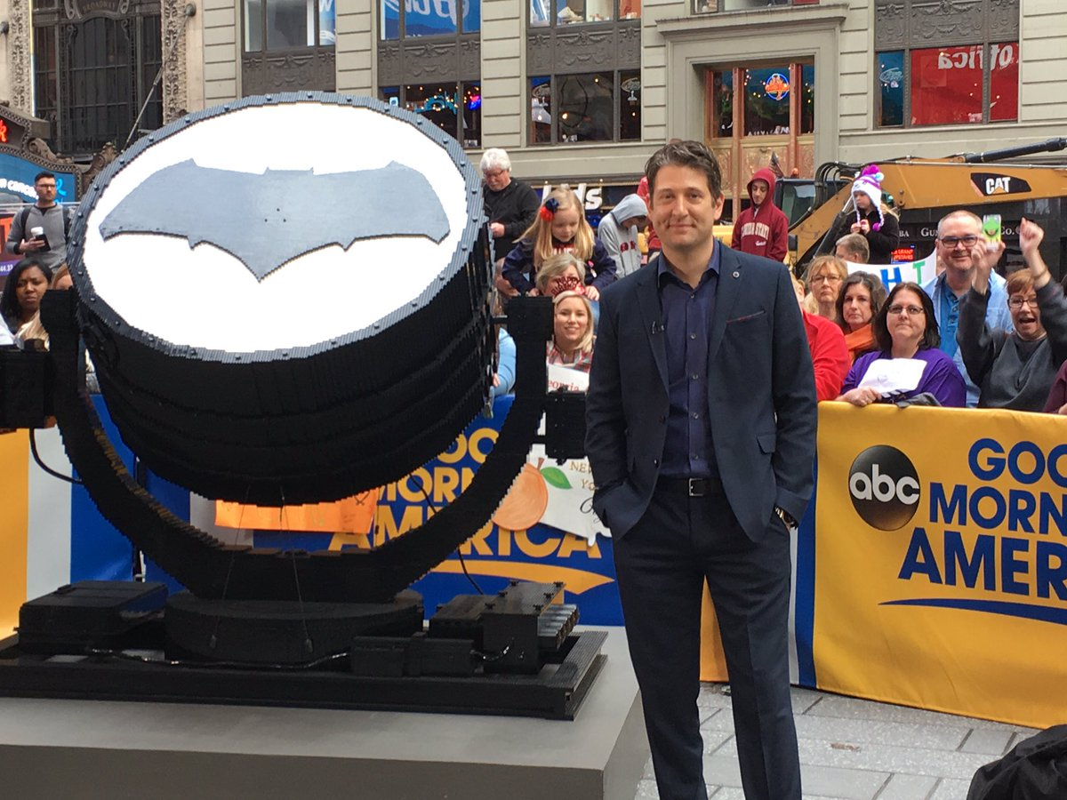 Thanks @GMA for debuting my new LEGO #BatSignal in #Gotham. 75,000 bricks. Homage to @BatmanvSuperman @DCComics https://t.co/2ngKw5Lz5R