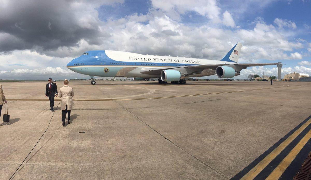 Air Force One arrived at @AUStinAirport #POTUSinATX https://t.co/2wTsIoHZEt