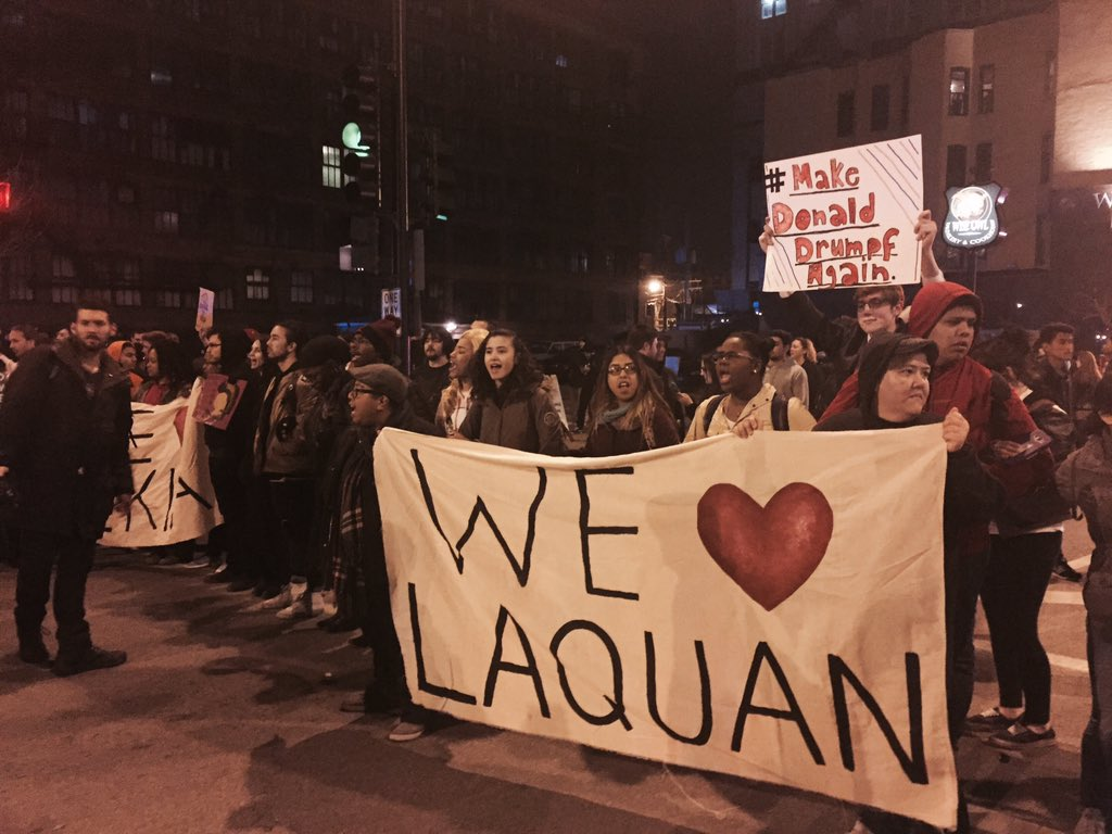 #blacklivesmatter protest erupts outside UIC pavilion on Racine and Van Buren. #TrumpRally https://t.co/iFzob29Sgb