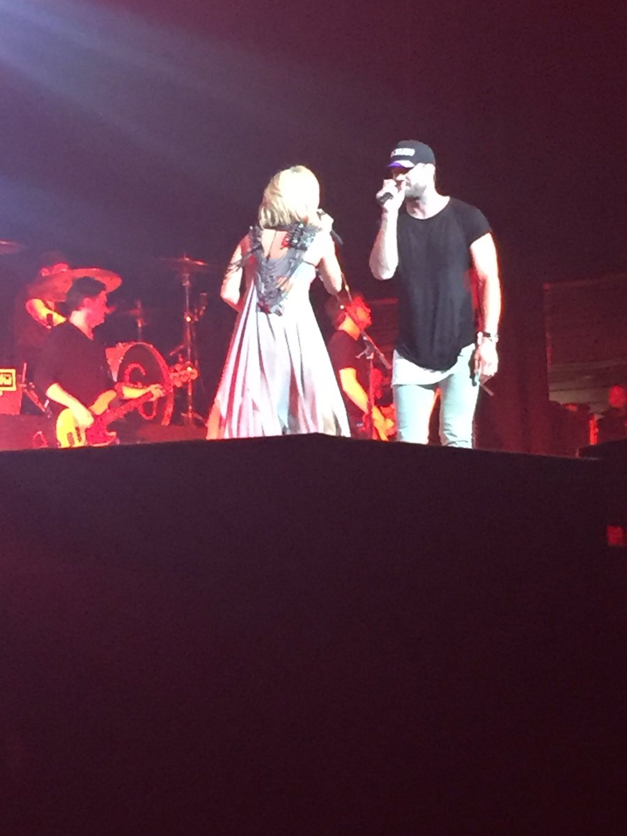 Am I close enough to @carrieunderwood and @SamHuntMusic https://t.co/T5gGBv8gEE