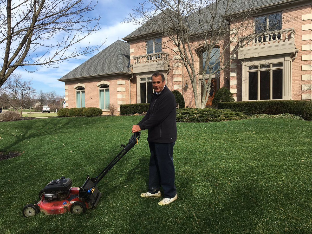 My first cut of the year. My grass is perfect!!! https://t.co/ewUxTUhBs8