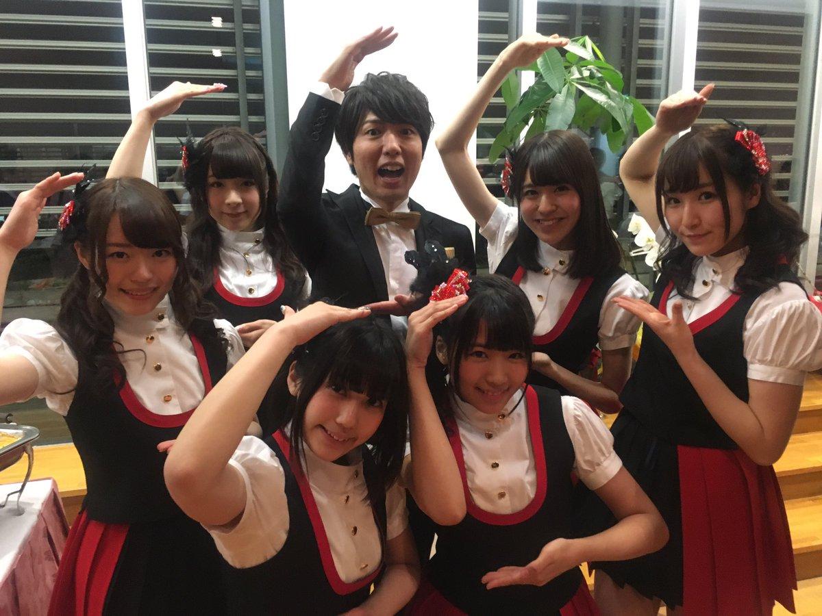 授賞式後のパーティーで、  神谷くんとA応Pのみんなでお祝いの、 しぇ〜!!! https://t.co/0lZAJnNiEn