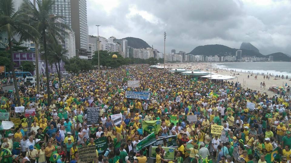 Manifestantes protestam contra o governo Dilma Rousseff, em Copacabana, na Zona Sul. #agora https://t.co/XcW8GKoaX0