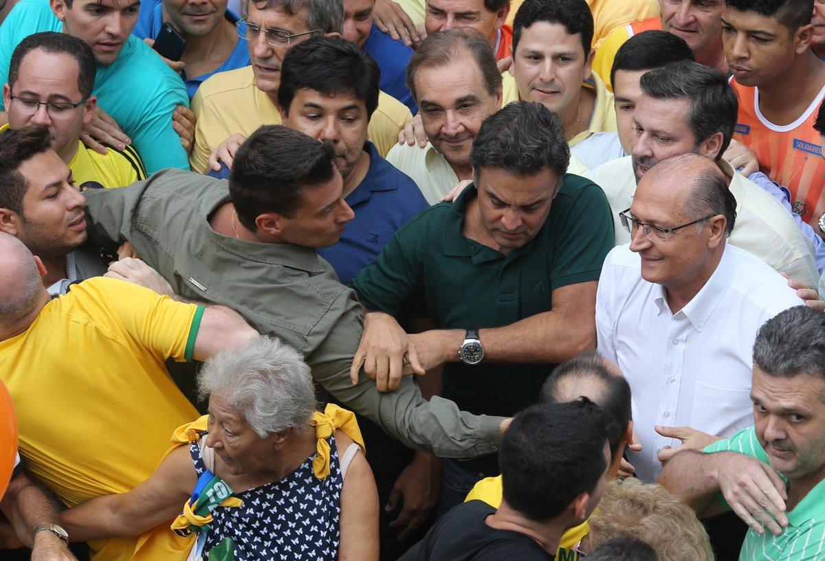 Alckmin e Aécio são hostilizados e desistem de participar de protesto na Paulista: https://t.co/KX7LuHA43m