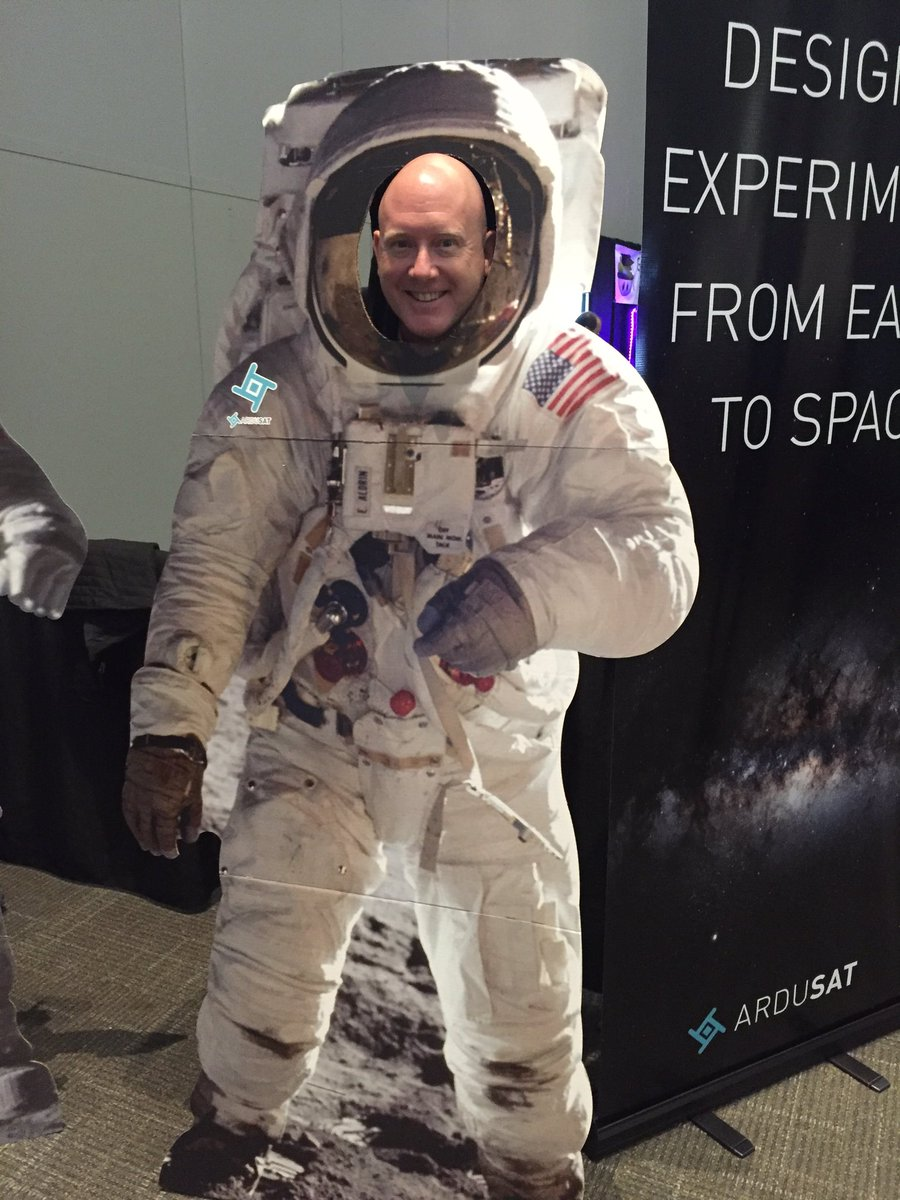 """Can't wait for @EdTechTinker on #txeduchat will be """"out of this world!"""" No selfies but have #Sxswedu pic! @Ardusat https://t.co/65oQB3tQqE"""