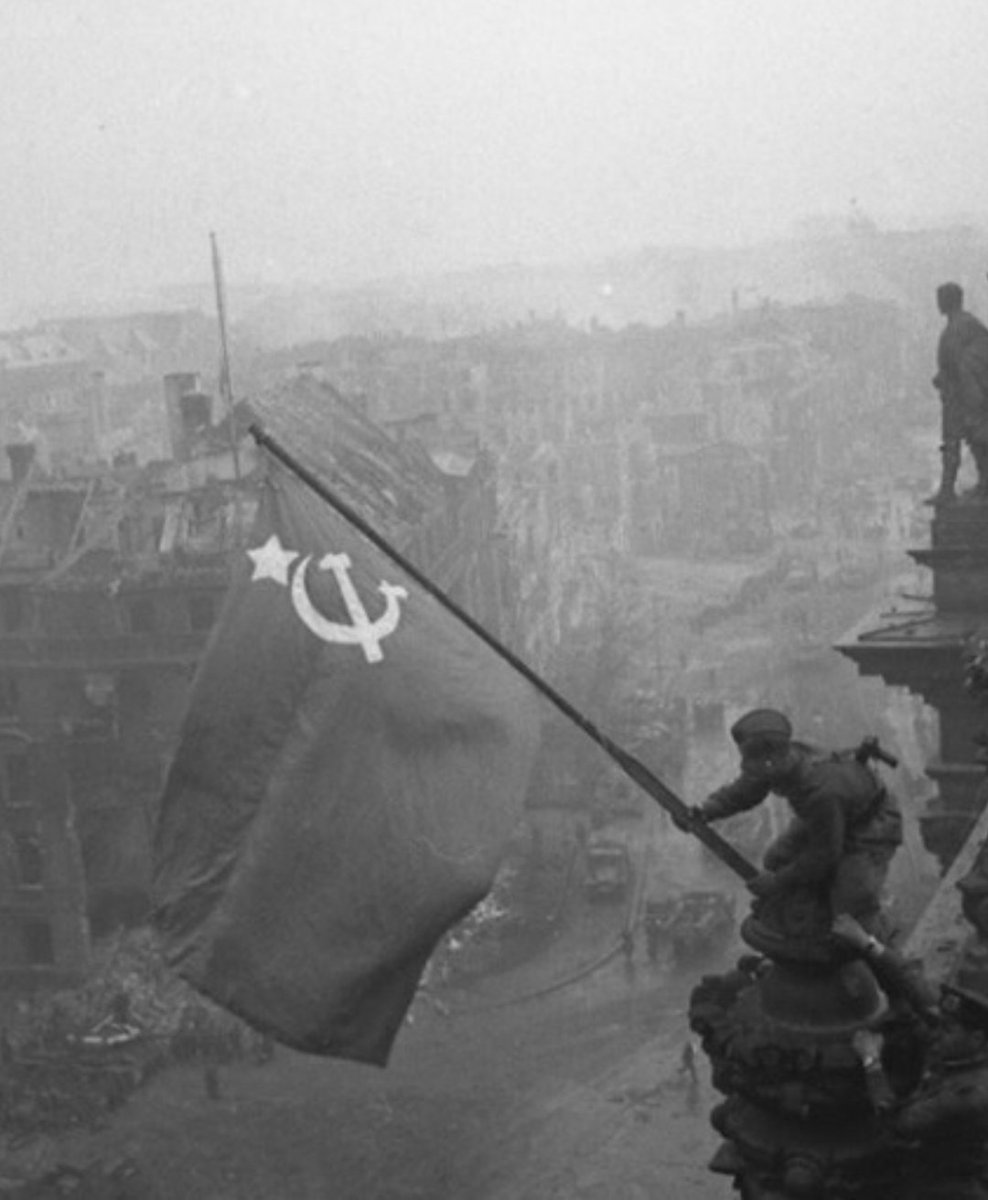 معركة سقوط برلين 1945  CdgVjuAUYAMOANy