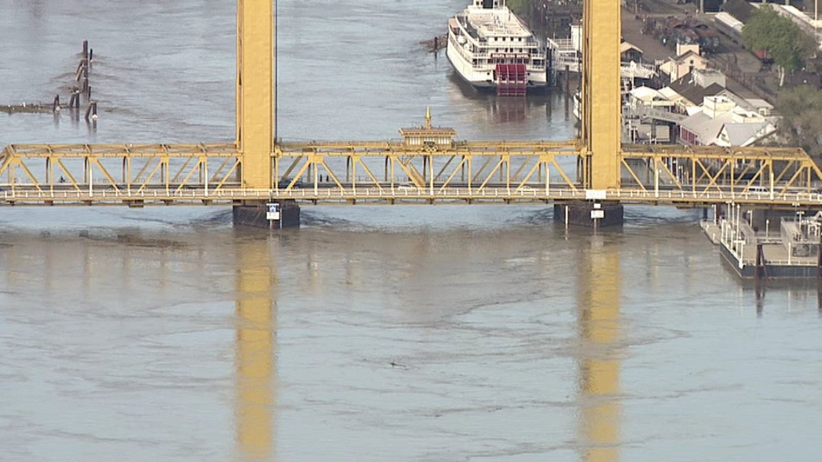 Water passing under the Tower Bridge. The Sacramento River is about 15' higher than a few weeks ago. https://t.co/czikmqJKiP