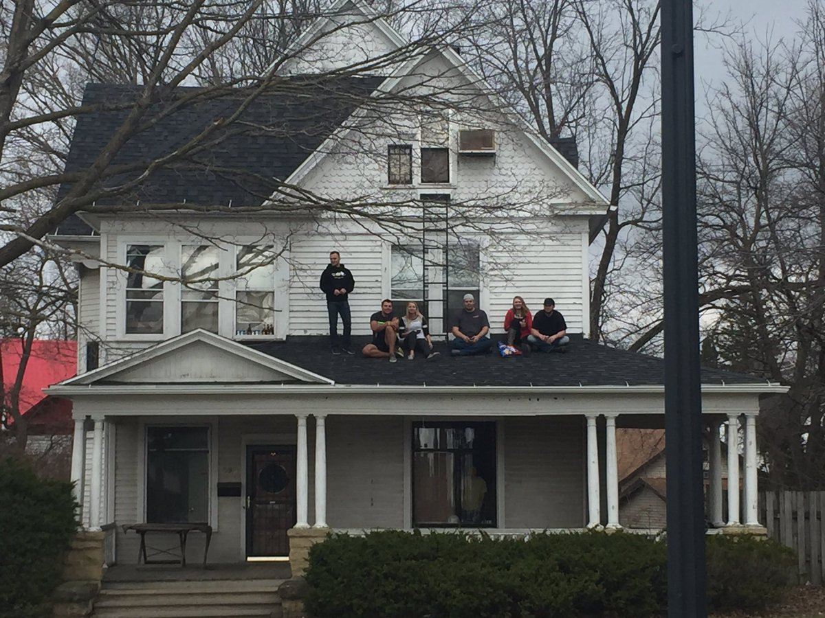 Meanwhile, students across the street from Ullsvik Hall are enjoying the afternoon off, drinking beers on the roof https://t.co/qS7wPoYCVb