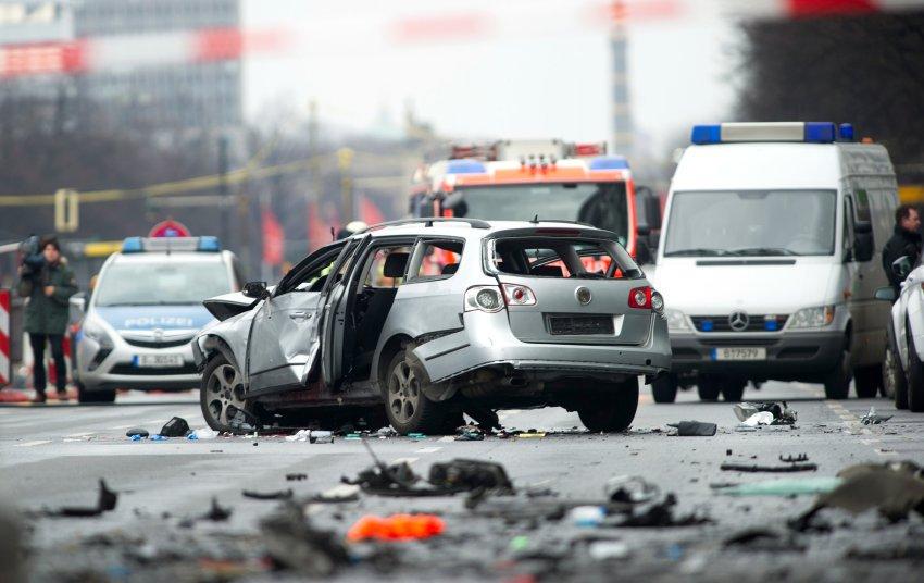 Berliner Innenstadt: Auto explodiert während der Fahrt - ein Toter https://t.co/JJ2P2kxaHS https://t.co/scSzgQMXG9