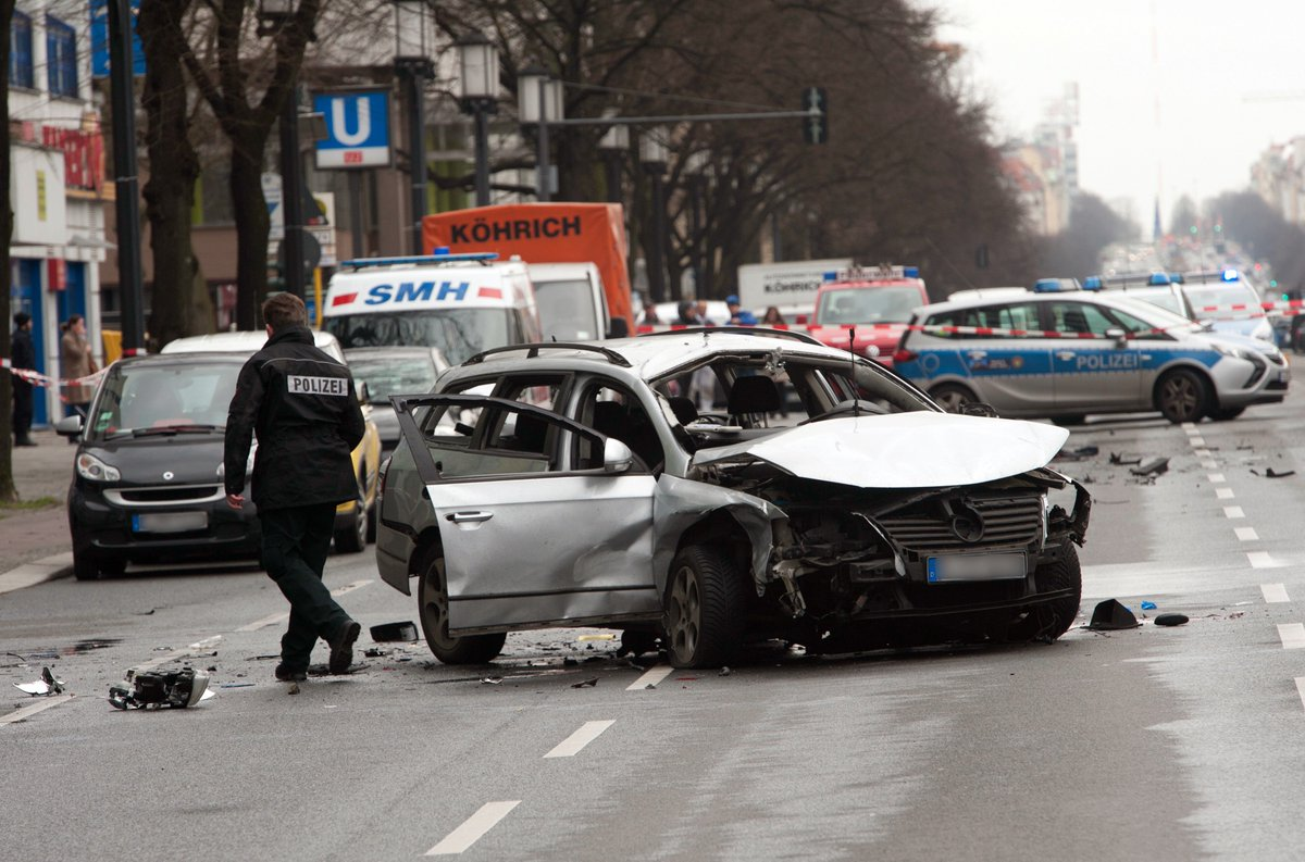 Mutmaßliche Bombe tötet Autofahrer in #Berlin-Charlottenburg https://t.co/EwCNi59fbW https://t.co/7EVOtvFnlk